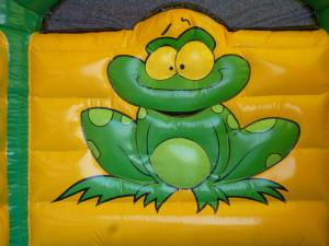 Springkasteel met groene kikkerfiguur